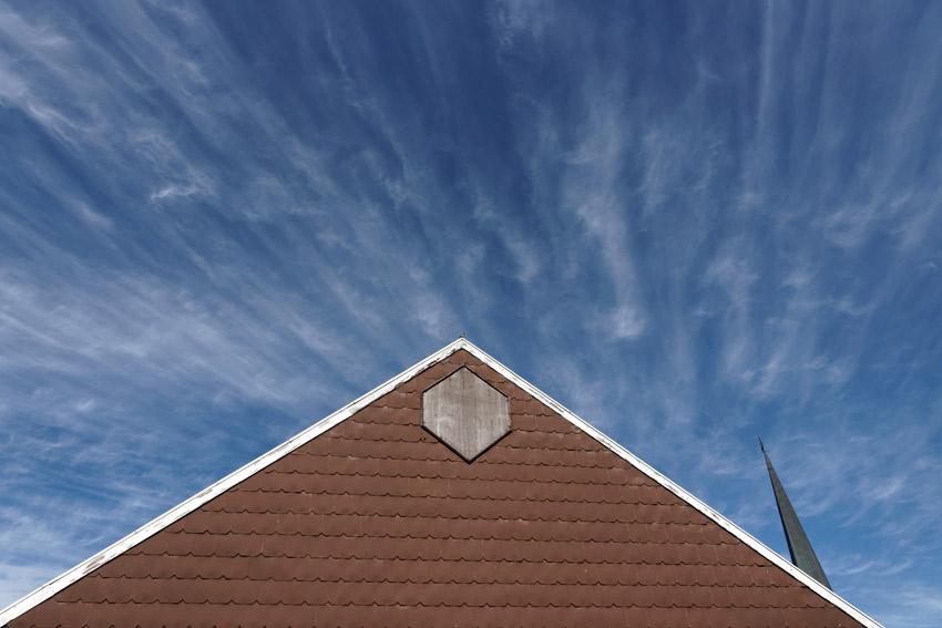 Fassade-mit-blau--weissen-Himmel.jpg