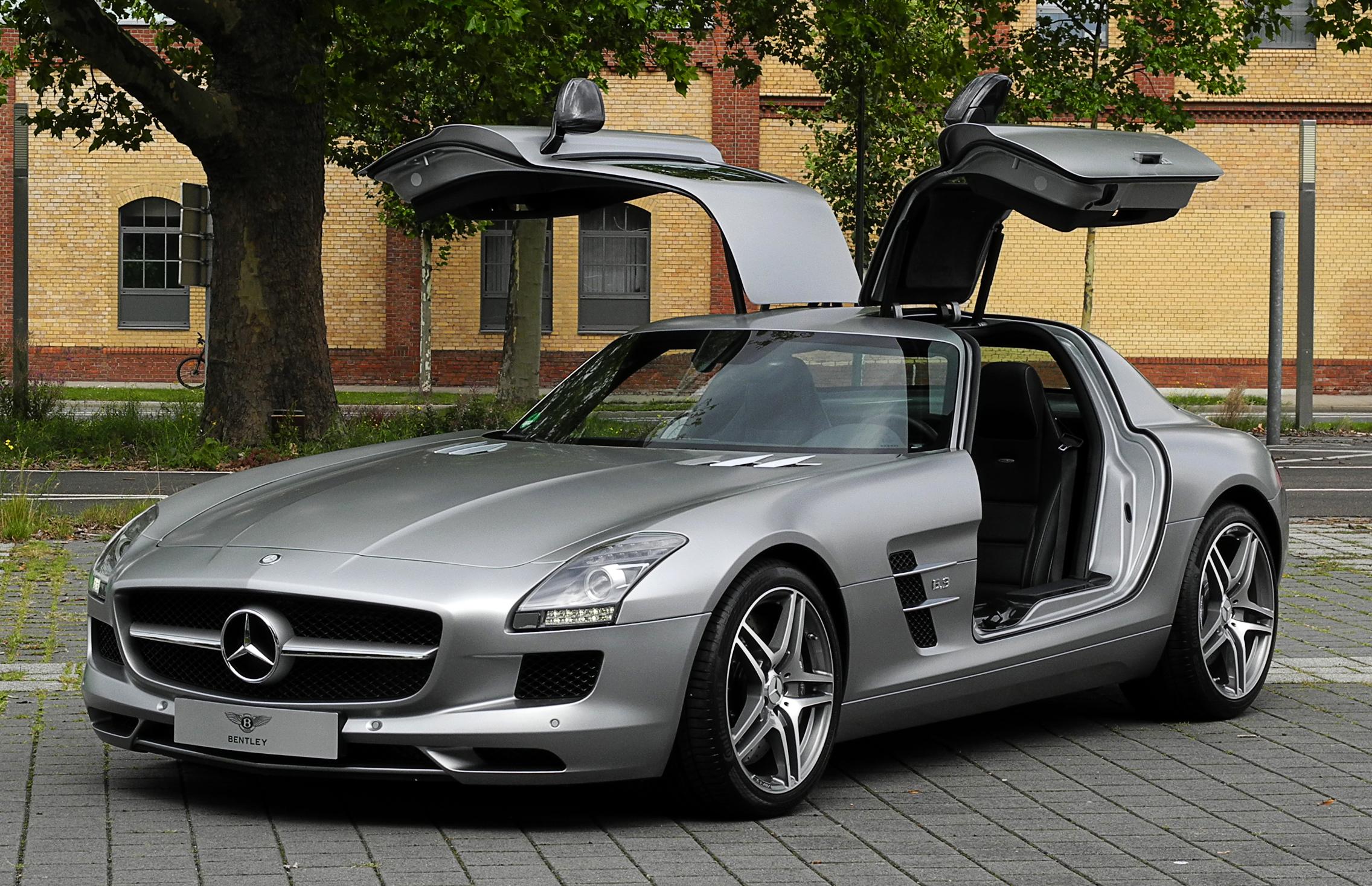 Mercedes-Benz_SLS_AMG_-C_197-_---_Frontansicht_ge--ffnet-_10._August_2011-_D--sseldorf.jpg