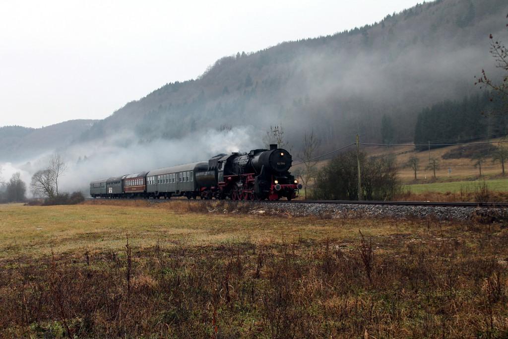 01_Januar-2014---DPE-2100-mit-52-7596-bei-Neidingen-im-Donautal--04.01.2014-.jpg